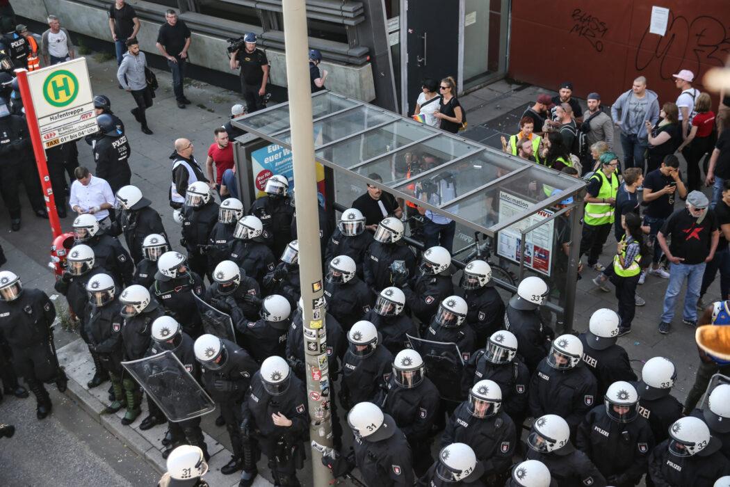 """<h5>G20-Gipfel: Demo, """"Welcome to Hell"""", Hamburg, 06.07.2017 """"Polizisten warten auf den Bus"""" © Torsten Helmke</h5>"""