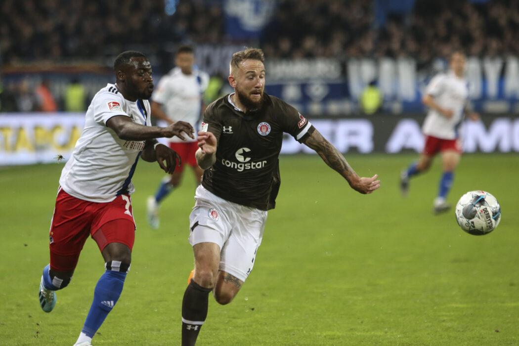 <h5>Fuusball: 2. Bundesliga, FC St. Pauli - Hamburger SV 2:0, Hamburg, 16.09.2019 Khaled Narey (HSV, l.) - Marvin Knoll (St. Pauli) © Torsten Helmke</h5>