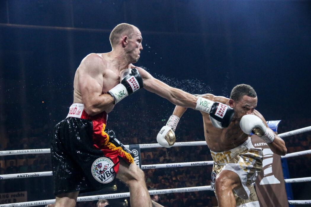 <h5>Boxen: World Boxing Super Series, Middleweight, Viertelfinale, Schwerin, 27.10.2017 Juergen Braehmer (Germany, black) - Rob Brant (USA, gold) © Torsten Helmke</h5>