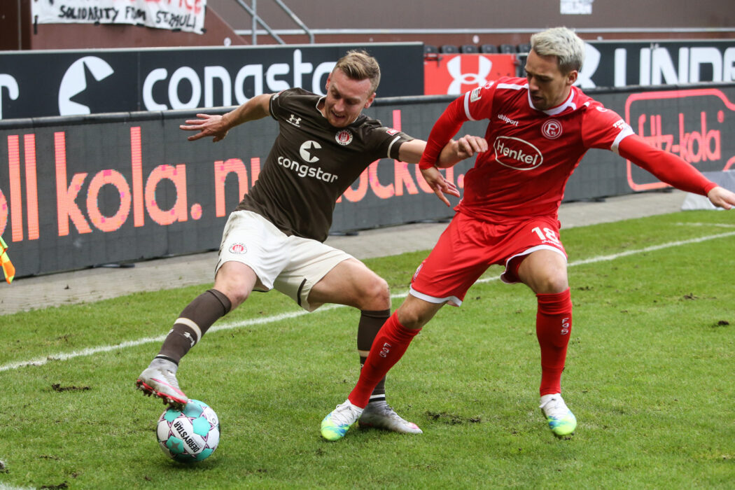 <h5>Fussball: 2. Bundesliga, FC St. Pauli - Fortuna Düsseldorf 0:3, Hamburg, 20.12.2020 Sebastian Ohlsson (Pauli, l.) - Thomas Pledl (Fortuna) © Torsten Helmke</h5>