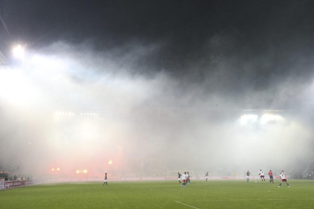 <h5>Fuusball: 2. Bundesliga, FC St. Pauli - Hamburger SV 2:0, Hamburg, 16.09.2019 Pyrotechnik HSV-Fans © Torsten Helmke</h5>